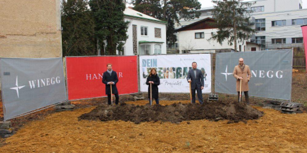 von links nach rechts: DI Michael Schranz (GeschŠftsfŸhrer Handler Bau GmbH), Architektin DI Karin Rezar (HUSS HAWLIK Architekten ZT GmbH), DI Hannes Speiser (Prokurist und Leiter Neubauprojekte WINEGG), DI Kevin Soemmer (Leiter  Baumanagement WINEGG)