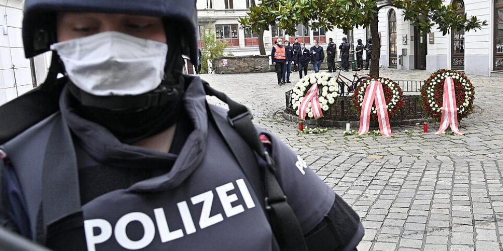 ABD0158_20201103 - WIEN - …STERREICH: Polizeibeamter am Dienstag, 03. November 2020, im Rahmen einer Kranzniederlegung im Bereich des Tatorts des Terroranschlags in Wien. Durch einen Terroranschlag am Montagabend, 02. November 2020 in Wien gibt es vier zivile Todesopfer zu beklagen. Bei dem von der Polizei getšteten mutma§lichen AttentŠter habe es sich um einen IS-Sympathisanten gehandelt. - FOTO: APA/HANS PUNZ